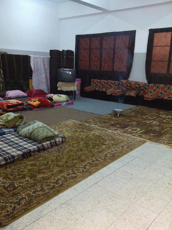 مدرسة الشهيدة سناء عائلات نازحة والجهات الرسمية لاحياة لمن تنادي