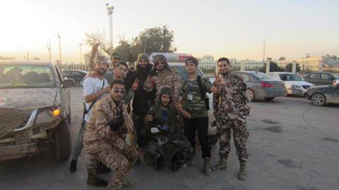 شباب المناطق ببنغازي يؤمنون أحيائهم...ومواطنون يشيدون بالمعاملة وآخرين يستهجنونها