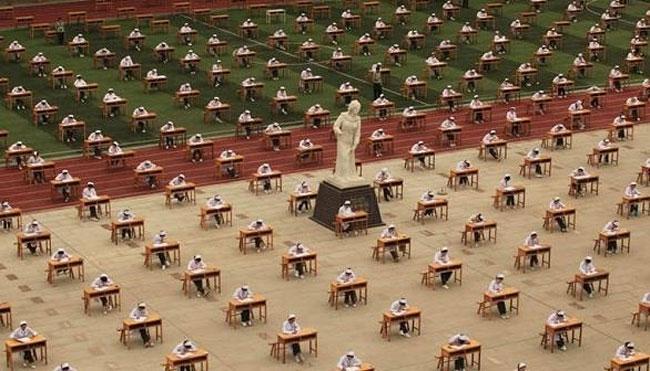 مئات الطالبات الصينيات يؤدين اختبارهن دون مراقب