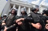 مواجهات وانفجار أمام البرلمان الأوكراني خلال تصويته على منح الانفصاليين حكما ذاتيا