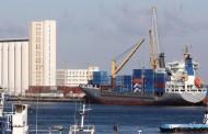 ميناء البريقة البحري يستقبل عدد من السفن التجارية