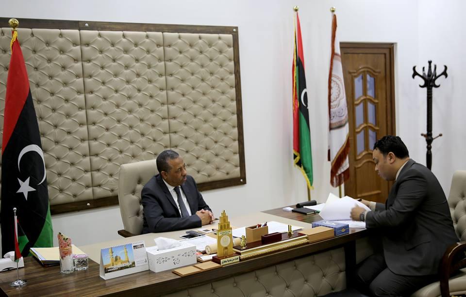 رئيس الحكومة يناقش مع وكيل وزارة الصحة أوضاع القطاع في بنغازي