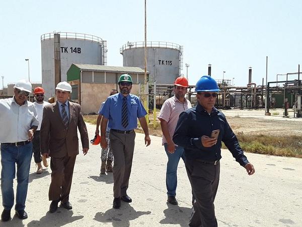 مسؤول بالمؤسسة الوطنية للنفط يطلع على مستودعي رأس المنقار ومطار بنينا ومصنع الأسفلت
