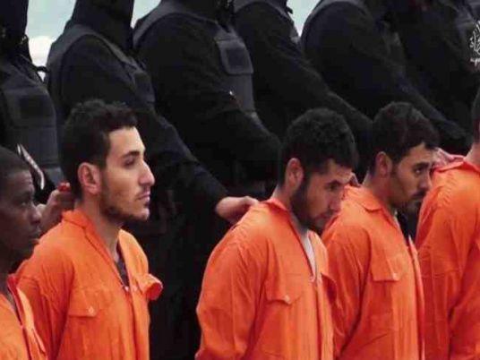 عائلات 21 من المسيحيين الأقباط الذين قتلوا في ليبيا يطالبون بجثامينهم