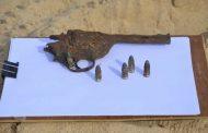 طفل يسلم مصلحة الآثار مسدسًا يعود لفترة الحرب العالمية