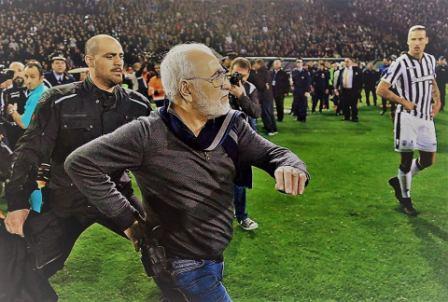 رئيس نادي يقتحم مباراة فريقه بـ