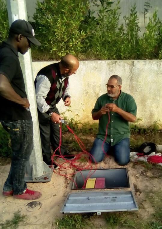 تركيب أعمدة إنارة بالطاقة الشمسية في شوارع طرابلس