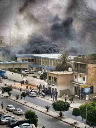 الإرهاب يضرب طرابلس مجددًا...تفاصيل الهجوم على مقر المفوضية العليا للانتخابات