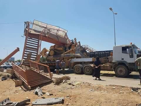 في رابعة النهار..شاحنة تحمل بلدوزرا تطيح بكوبري مشاة في بنغازي