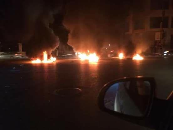 لليوم الخامس على التوالي..محتجون يحرقون الإطارات ويغلقون الشوارع احتجاجا على تردي الخدمات