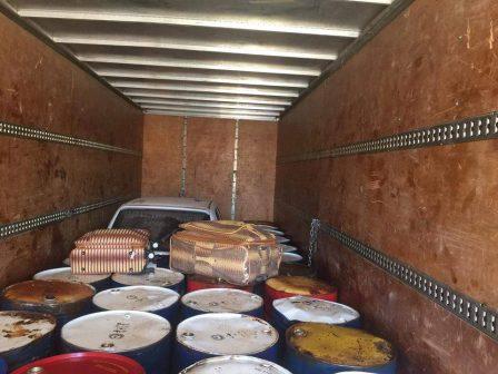أمن بنغازي تضبط شاحنة تنقل وقود وسيارات لتهريبها خارج البلاد