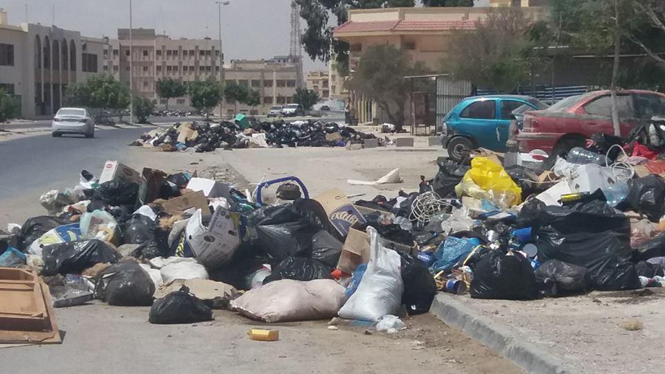 خطأ إداري يتسبب في تكدس القمامة وجلود الأضاحي بشوارع طبرق
