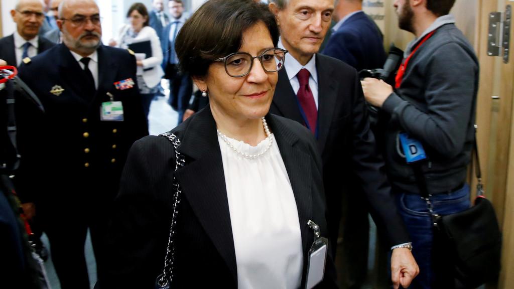 وزيرة دفاع ايطاليا تعتبر المشير شريكا في الحوار وتحذر من تكرار خطأ العام 2011