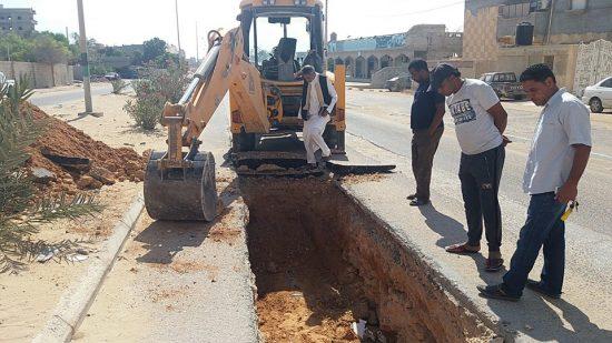 لجنة الأزمة طبرق تشرع في صيانة خط المياه الرئيسي في حي المنارة