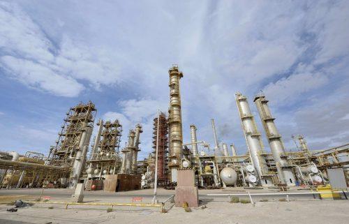 صورة تواصل أعمال النهب والتخريب في حقل الشرارة النفطي