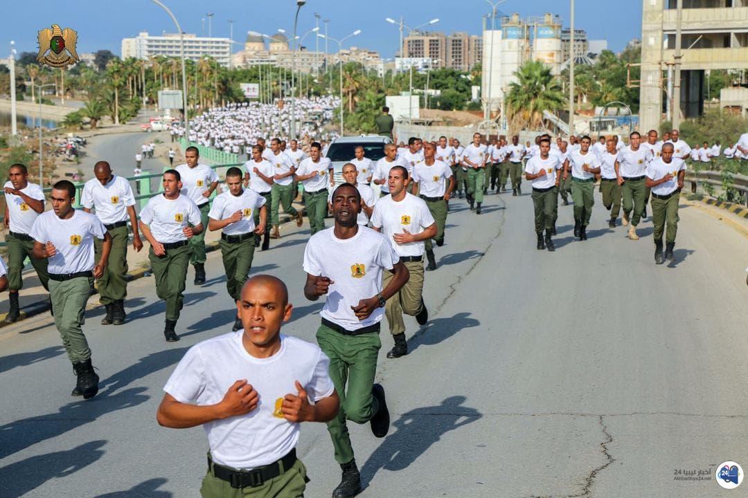 صورة بالصور .. قوات الجيش تنظيم سباق لاختراق الضاحية في بنغازي