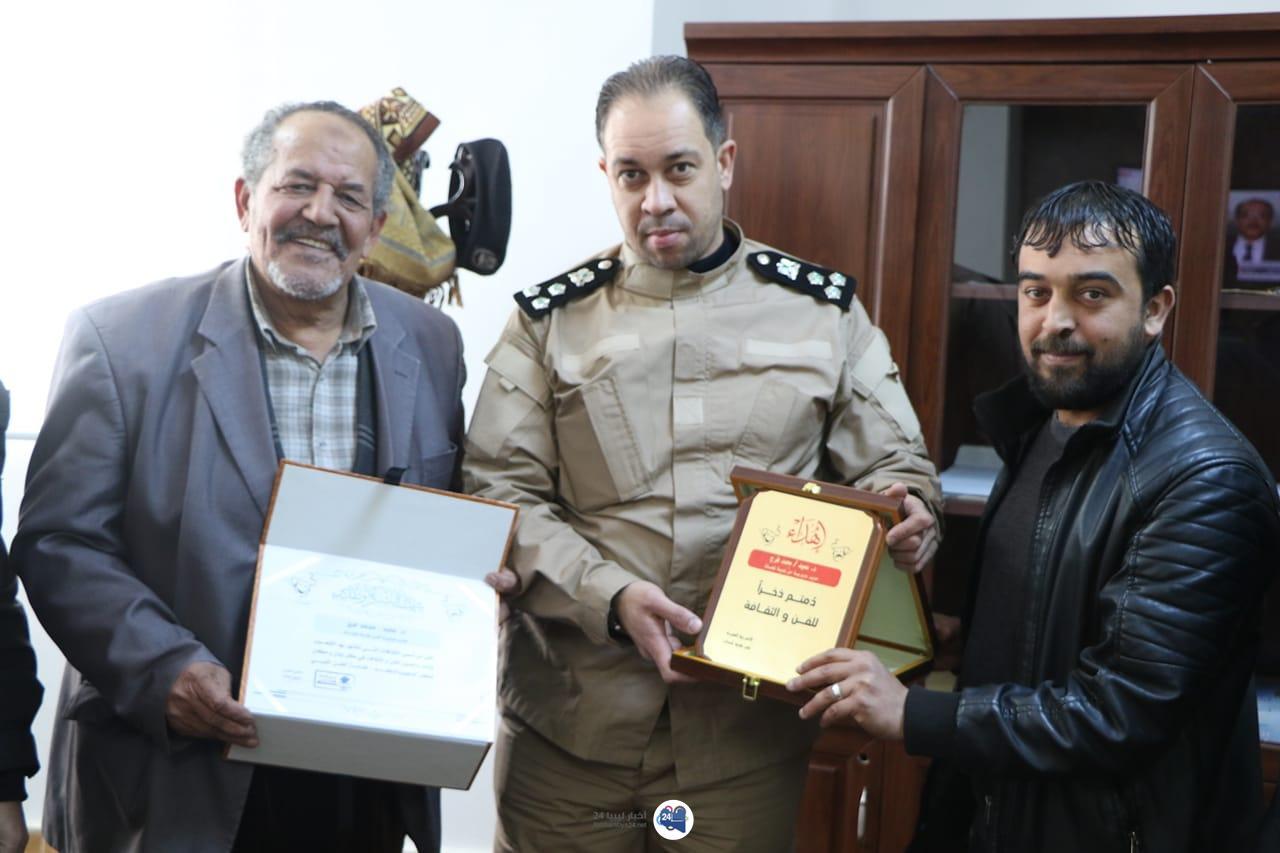 صورة فننون بلدية شحات يكرمون مدير أمن البلدية