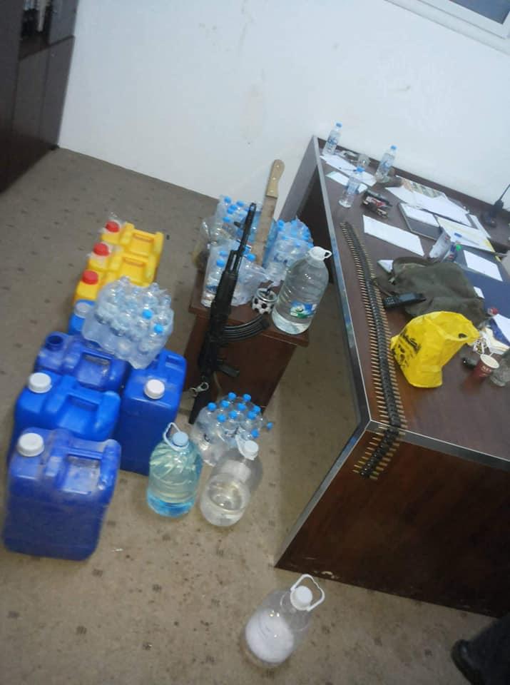 صورة النجدة بنغازي تداهم مقرا لتاجر يقوم ببيع الخمور في منطقة الماجوري