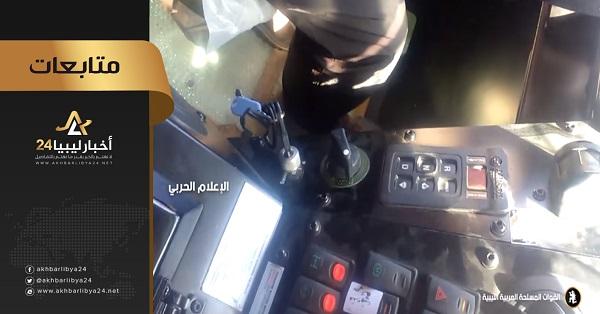 """صورة عسكريين أتراك يقدمون إرشادات لعناصر قوات الوفاق في كيفية قيادة المدرعات """"كيربي"""""""