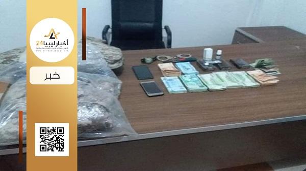صورة ضبط شخص لتجارته في المخدرات في بنغازي..تبين تواصله مع جهات إرهابية وداعمة له في طرابلس ومصراتة