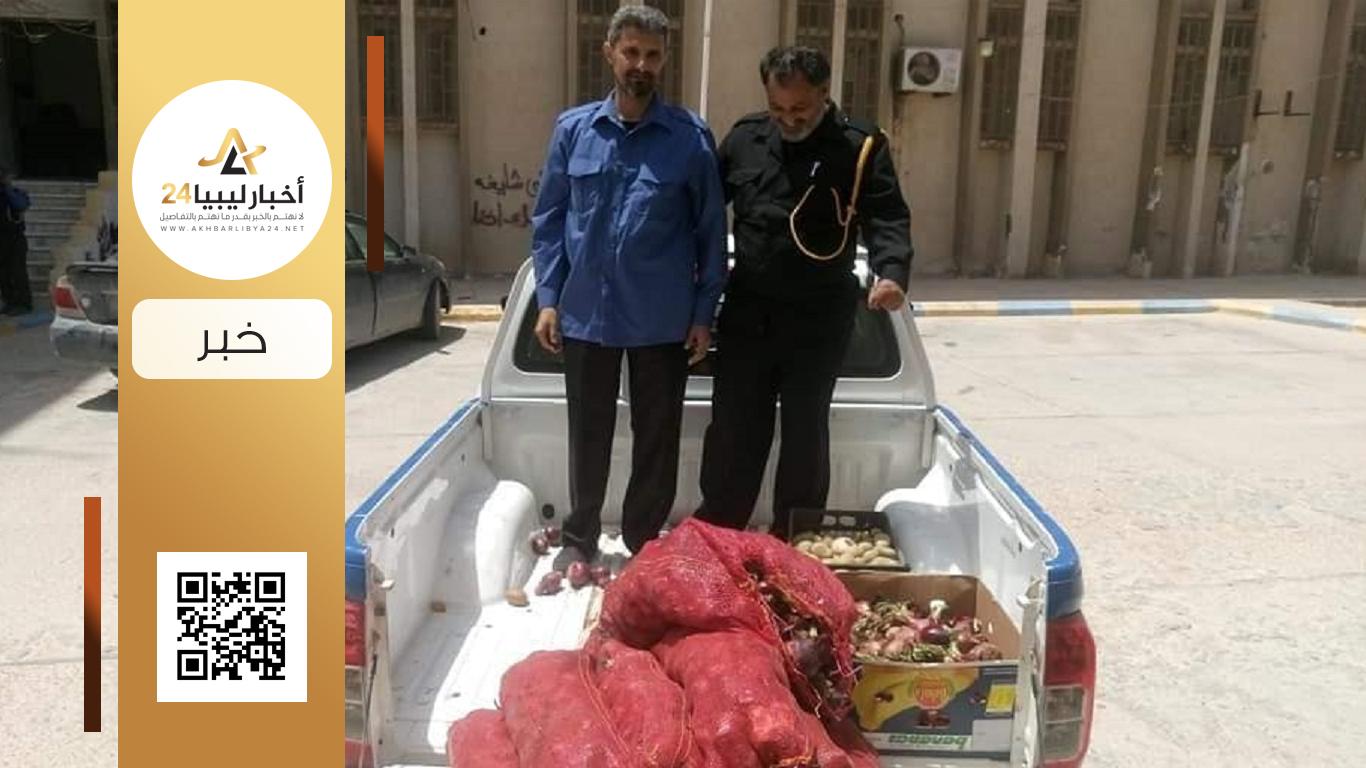 """صورة الحرس البلدي طبرق يسحب """"البصل الأحمر"""" المحظور من الأسواق"""