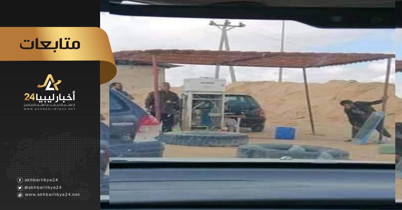 صورة على مسمع ومرأى الجميع .. إقامة سوق سوداء لمادة البنزين جنوب الزاوية