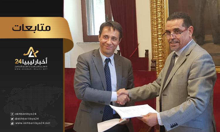 صورة توقيع محضر اجتماع اللجنة الليبية – الإيطالية لصياغة اتفاقية تبادل السجناء بين البلدين