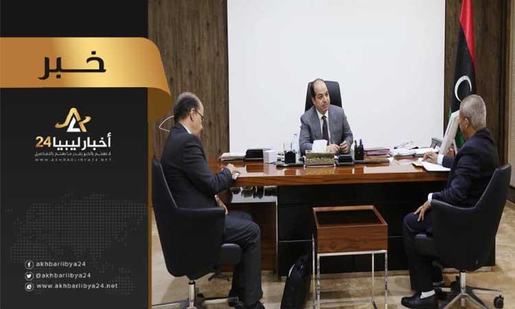 صورة معيتيق يبحث قصور أداء العمل في بعض إدارات وزارة الحكم المحلي