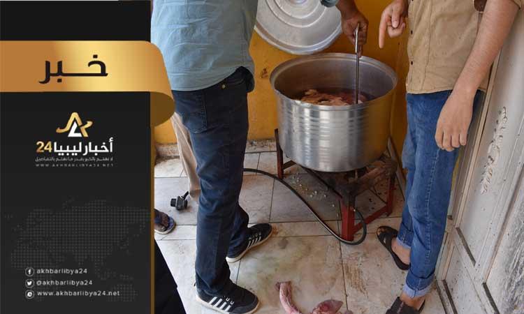 صورة الحرس البلدي طبرق يغلق مطعم يقدم اللحوم الفاسدة للزبائن