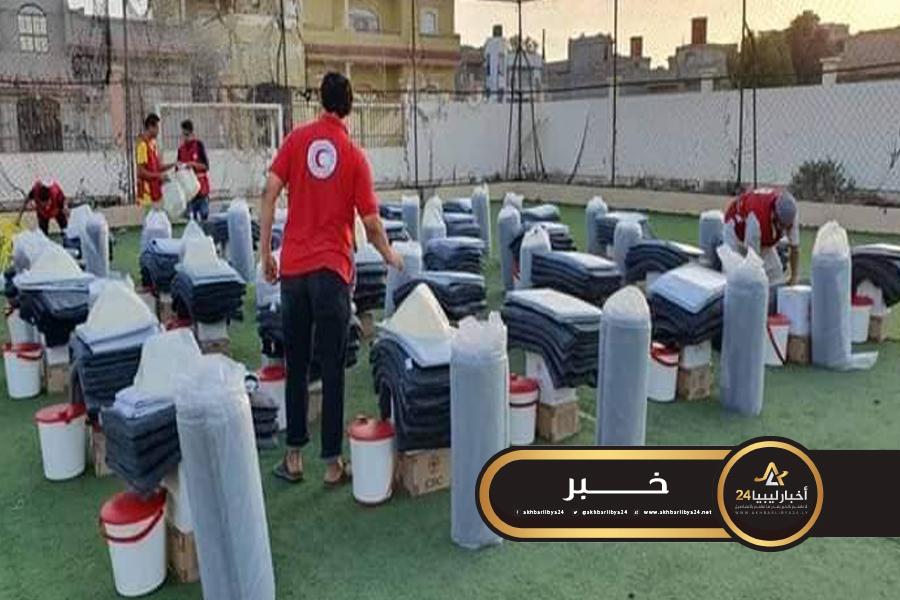 صورة الهلال الأحمر يوزع مواد إغاثة على نازحي مرزق بطبرق