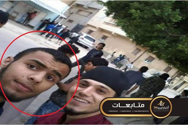 """صورة التقط """"سلفي"""" أثناء الهجوم على منزل """"آل الحرير""""..ظهور أحد الهاربين من درنة في مصراتة عقب القصف"""