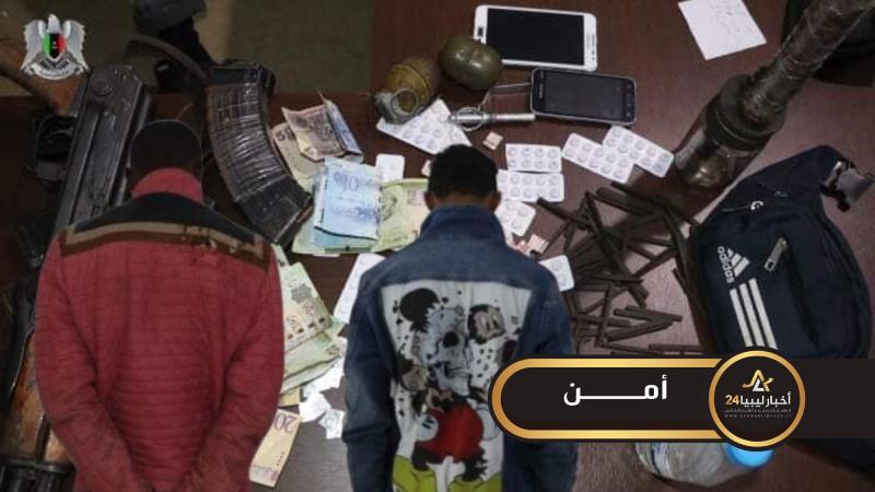 صورة ضبط شخصين مخمورين بحوزتهم مخدرات وأسلحة داخل شاليه في بنغازي