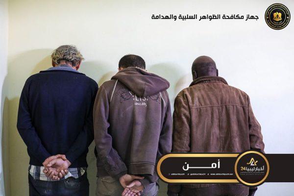"""صورة الظواهر السلبية يضبط 3 أشخاص أثناء مداهمة مصنع للخمور في """"الفعكات"""""""