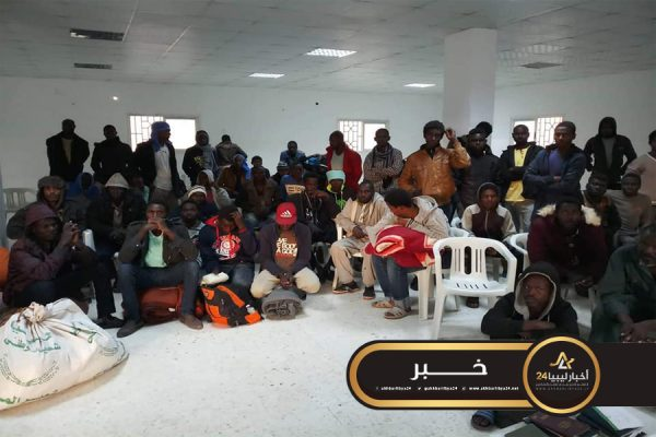 صورة مصابون بأمراض معدية..ترحيل 70 مهاجر من مركز إيواء قنفودة إلى الكفرة