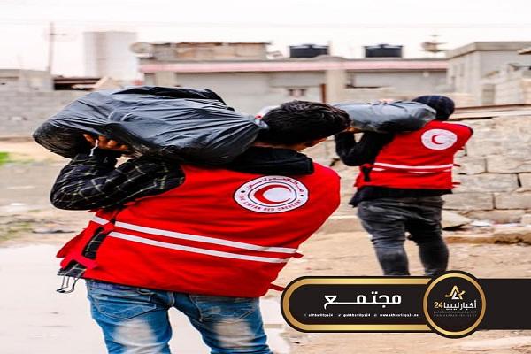 صورة الهلال الأحمر طبرق يوزع إغاثة على الأسر المتضررة من الأمطار