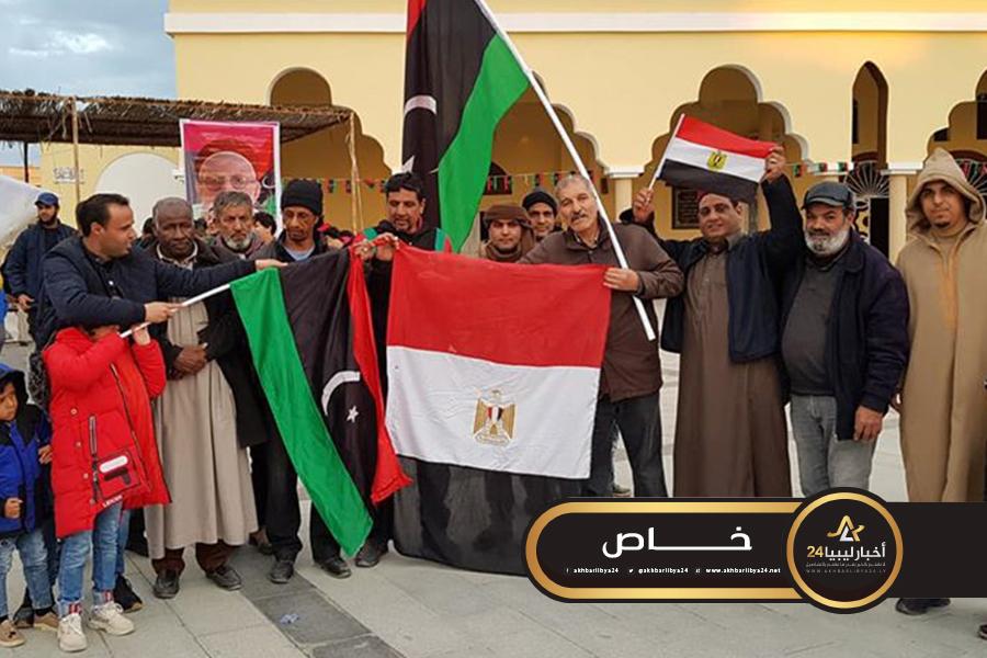 صورة العشرات من أهالي طبرق يحتفلون بالذكرى التاسعة لثورة فبراير