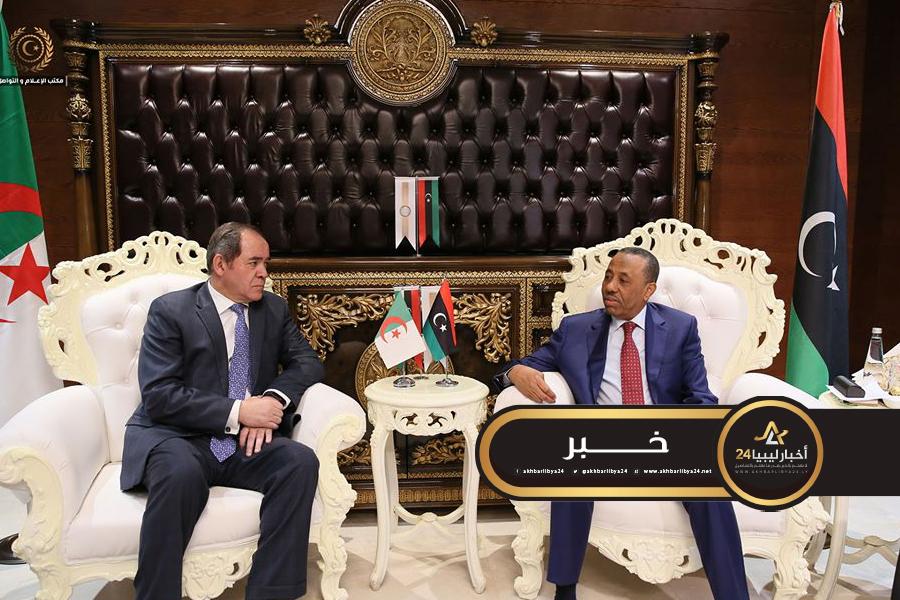 صورة عقب لقائه بالثني .. وزير الخارجية الجزائري يؤكد على ضرورة إجلاس الأطراف الليبية على طاولة الحوار