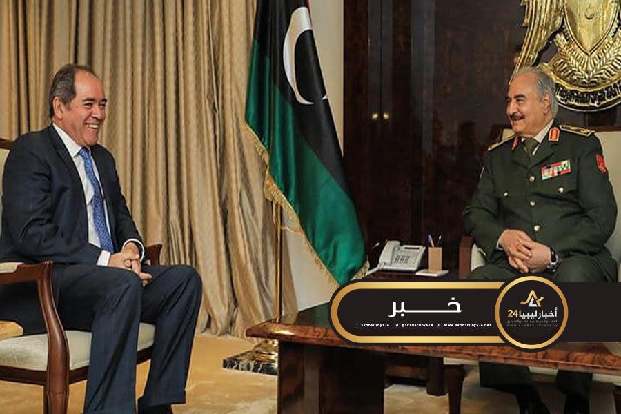 صورة حفتر يناقش مع وزير الخارجية الجزائري الجهود المشتركة في مكافحة الإرهاب والجريمة