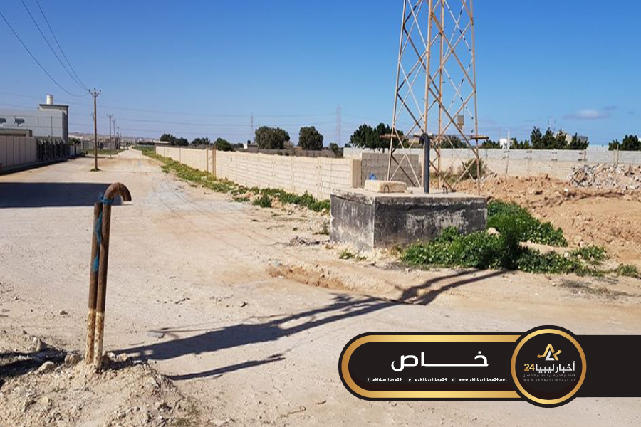 صورة مسؤول بشركة البريقة يحذر من البناء العشوائي على خطوط شحن الوقود في طبرق