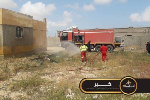 صورة حملة تعقيم لمقر الهجرة غير الشرعية والسجن في طبرق