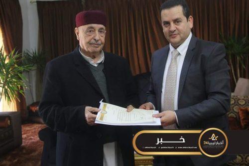 صورة عقيلة صالح يتسلم مشروع تعديل قانون العمل السياسي والقنصلي