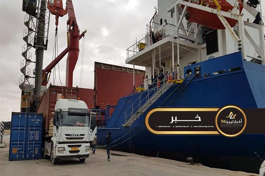 """صورة دحضًا للإشاعات..""""أخبار ليبيا24″ تتابع تفريغ حاويات السفينة المصرية بميناء طبرق"""
