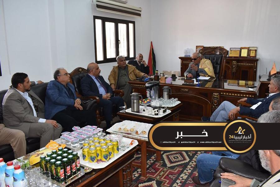 صورة تسييري طبرق يستعرض مع وزير الحكم المحلي متطلبات شركة خدمات النظافة والحرس البلدي