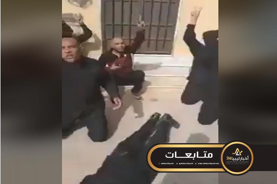 """صورة أعداء الدولة المدنية..قوات الوفاق تعتقل عناصر الحرس البلدي زلطن أثناء تأدية عملهم بطريقة """"مهينة"""""""
