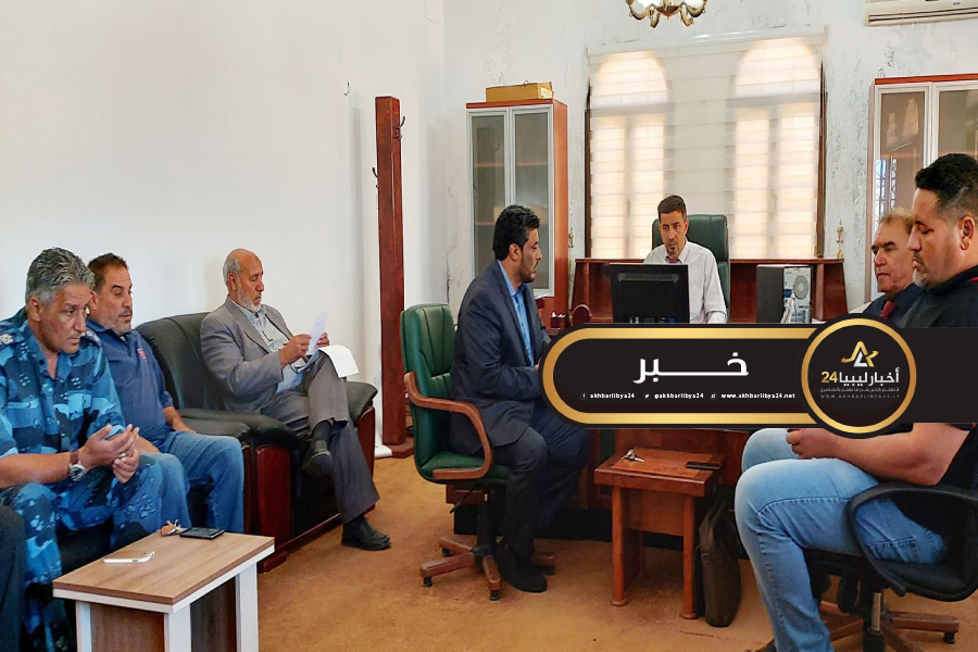 صورة بلدية عمر المختار تتابع توزيع السيولة النقدية