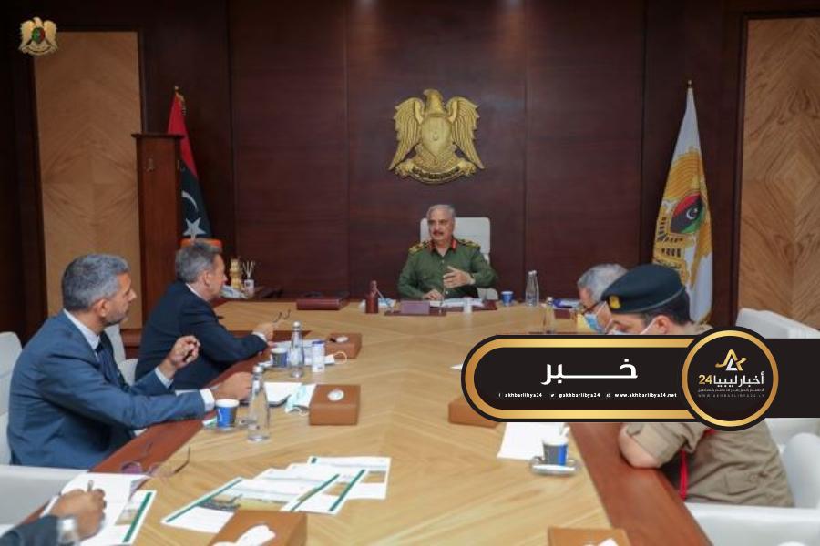 صورة حفتر يبحث الوضع الإنساني مع رئيس اللجنة الدولية للصليب الأحمر