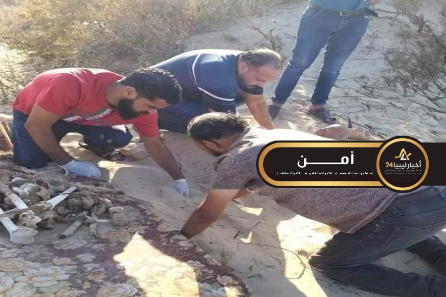 صورة العثور على جثة مدفونة في شاطئ قرب طبرق