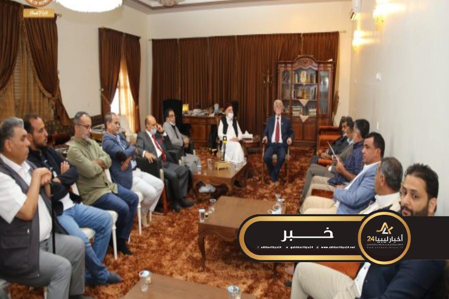 صورة عقيلة صالح يستعرض مع نشطاء المجتمع المدني وأعضاء النقاباتالأوضاع العامة في البلاد