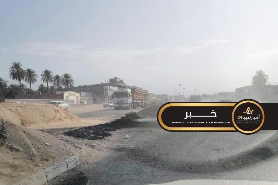 صورة محتجون على انقطاع الكهرباء يغلقون الطريق الرابط بين زليتن والعاصمة طرابلس