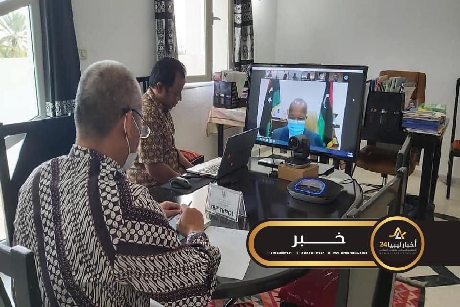 صورة وزير العمل بحكومة الوفاق يستعرض سبل الاستفادة من الخبرات الإندونيسية
